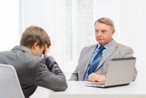 Muž dostává výpověď od zaměstnavatele.