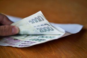 Obálka s penězi na stole